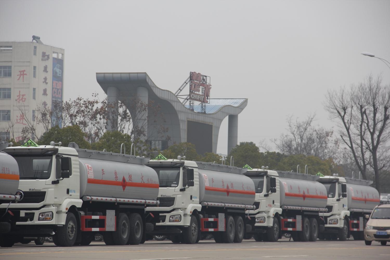 热烈祝贺湖北成龙威40台油车顺利完成生产任务